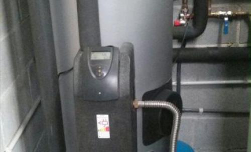 Acumulador de 200 litros con centralita integrada en instalación solar para la producción de agua caliente para 4 personas