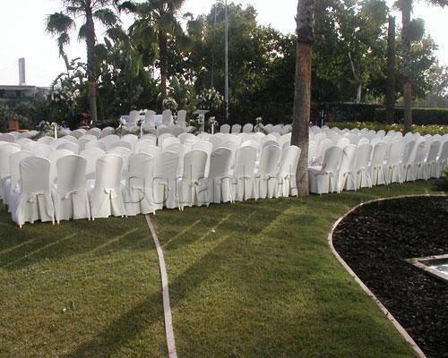 Celebra la ceremonia civil en los jardines