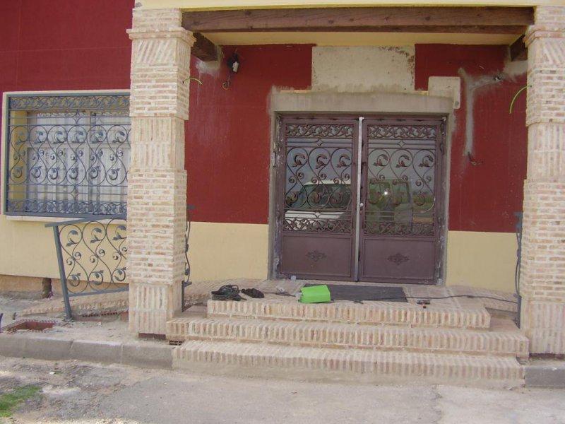 Rejas, barandillas y puerta de entrada al hotel Valles. Daimiel