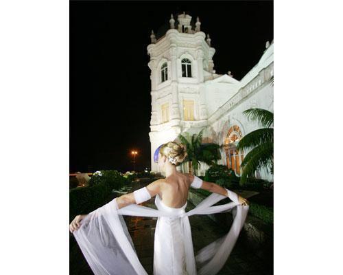Una novia a la entrada del gran casino sardinero