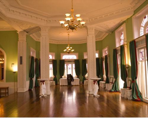 Una bonita sala para el cocktail decorada en verde