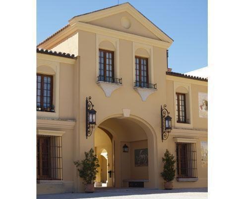 Detalle de su fachada y puerta principal