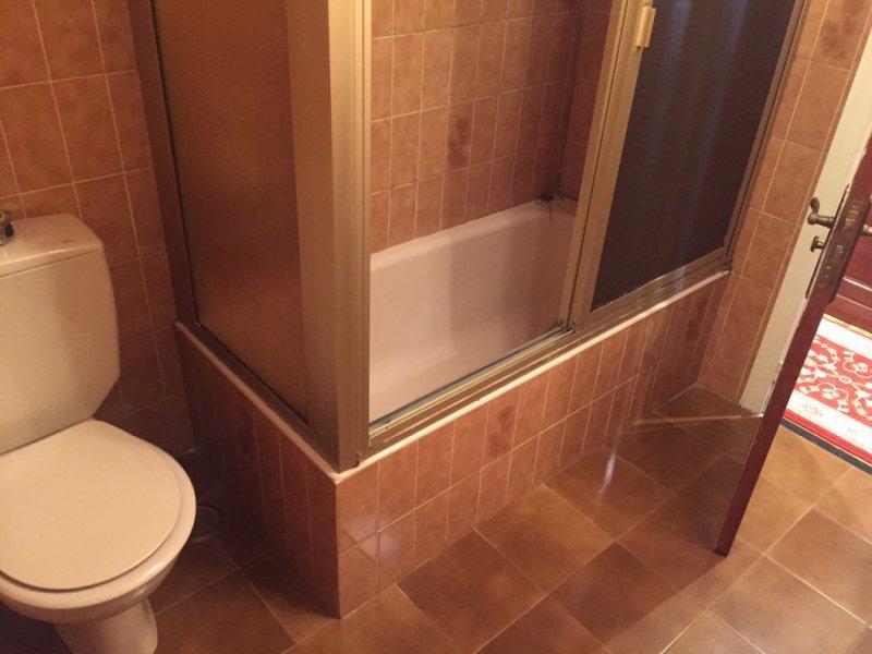 baño con bañera antes de reforma