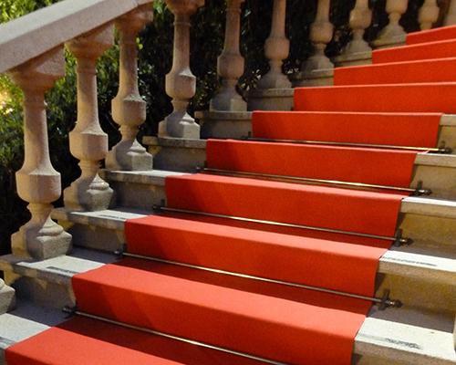 Escalera con alfombra roja