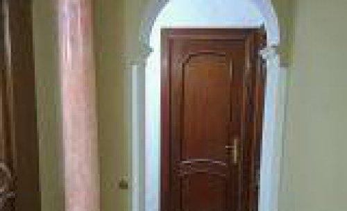 Colocación de arco con todas sus partes decorativas y columna decorada y de fondo pasillo: alisado y esmaltado brillante y 4 beteados
