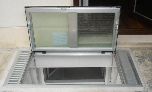 Ventana de suelo, para ventilar y dar luz a estancias inferiores. Fácil apertura mediante sistema imnovador.