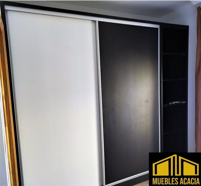 Armario laminado combinada blanco y negro soft con perfileria de aluminio.