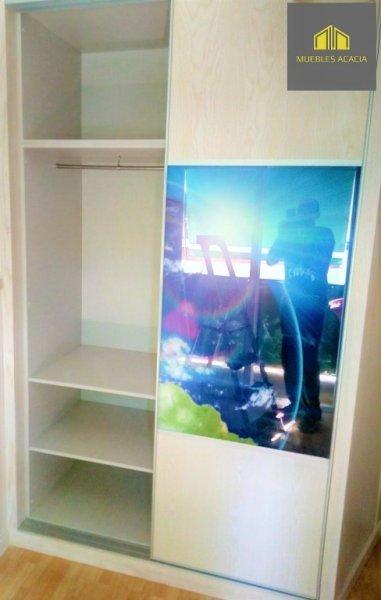 Armario a medida de madera de fresno traslúcido con terminación acrílica e interior de laminado textil.Lleva vinilo decorativo con cristal transparente de 4mm y perfilería minimalista de aluminio