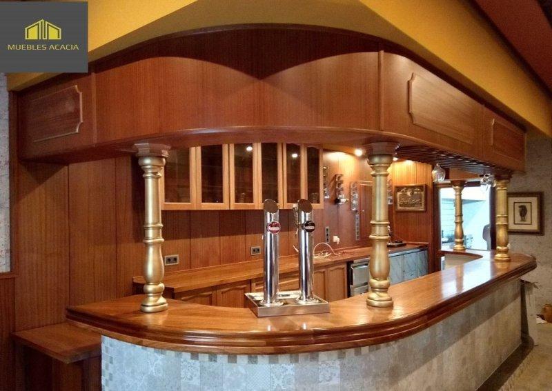 Barra de bar, altillo,mesa de trabajo y panelado en madera sapelli barnizado satinado con columnas en oro envejecido.Todo está moldurada y con frentes de altillo y barra curvos.