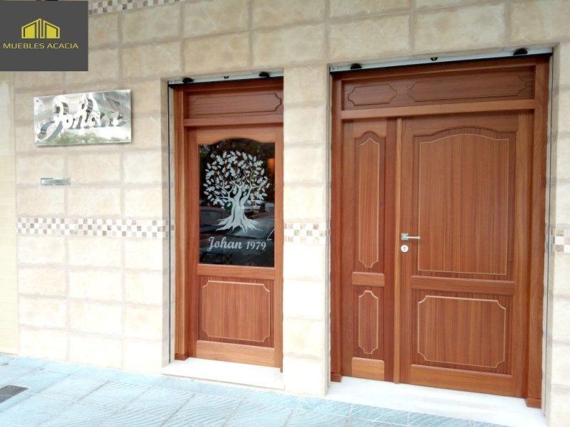 Puerta de entrada y ventanal de madera de  sapelly moldurada, con bisagras de seguridad antipalancas y cerradura de 3 puntos.
