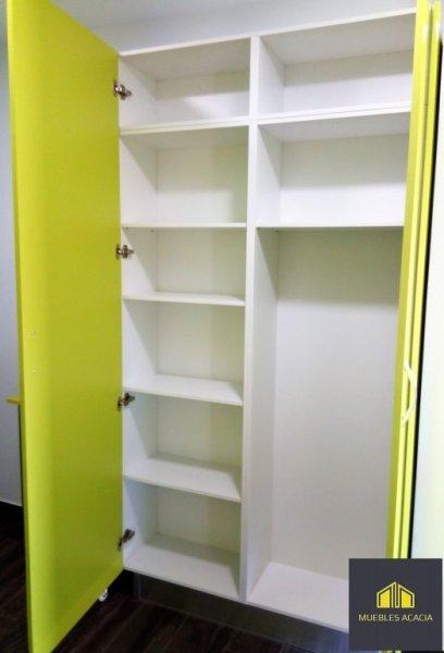 Interior de mueble,una parte es para despensa y otra lleva un hueco para el escobón, fregona y cubo.
