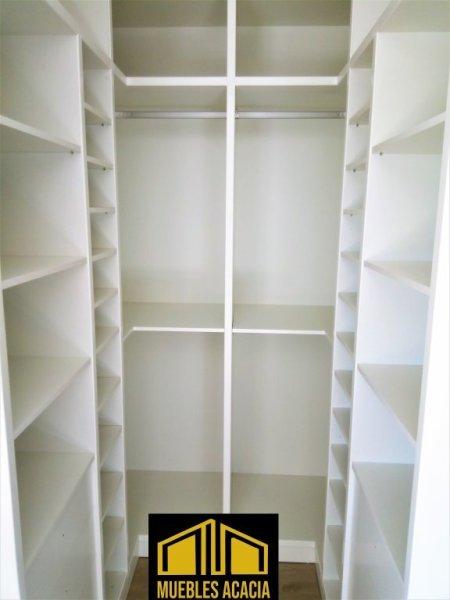 Vestidor de laminado blanco con hueco de paso de 85 cm
