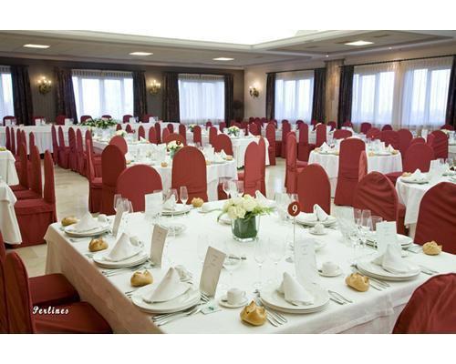 Mesa preparada para un banquete