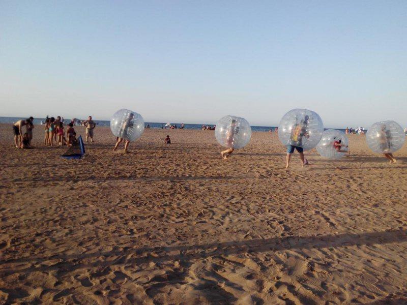 Partido de bubble football en la playa
