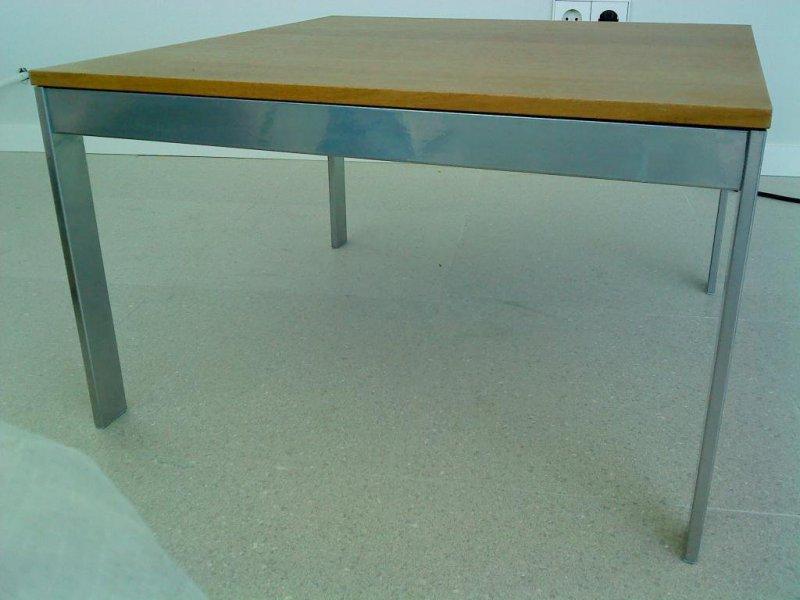 Mesa simple lacada con madera