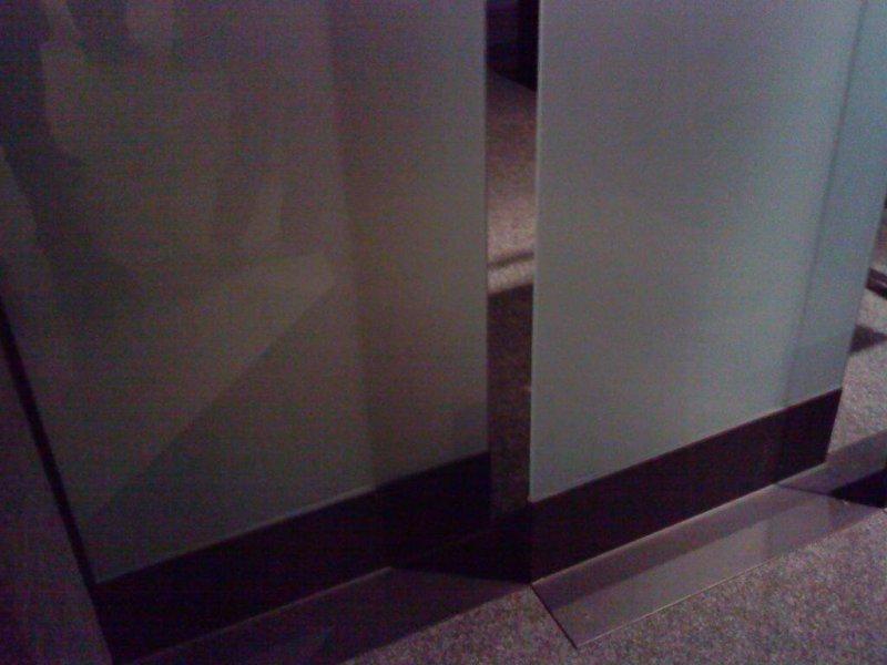 Separador de espacios vidrio y hierro