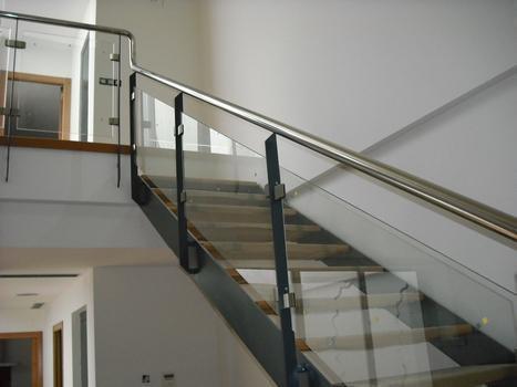 escalera y baranda hierro con cristal