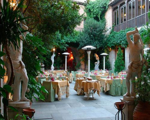 Magníficas esculturas adornan el patio del castillo