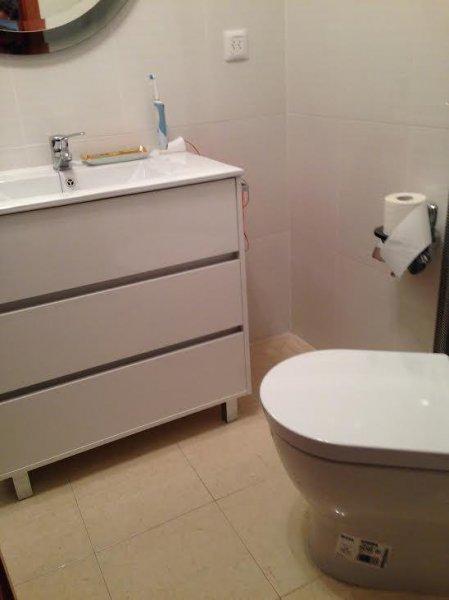Reforma de baño. Azulejo pegado.