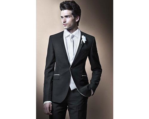 El estilo haute couture le caracteriza de manera inequívoca