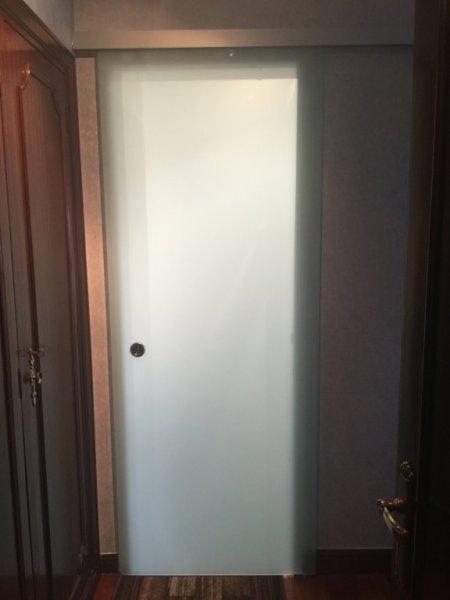 Puerta de paso en cristal con carril decorativo