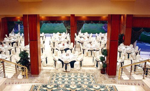 Salones interiores confortables para degustar la mejor gastronomia vasca.