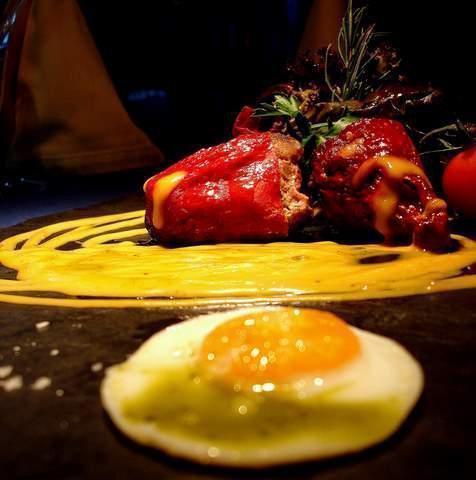 Pimientos del Piquillo relleno de cerdo iberico con salsa de azafran