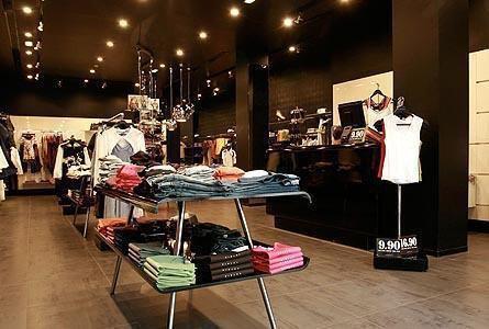 Tienda de ropa en Oviedo. Obra ejecutada por Diseco Reformas e Interiorismo