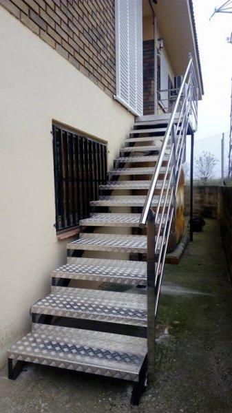 Escalera con barandilla de inoxidable y peldaños de aluminio