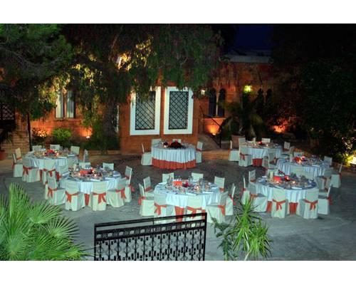 Todo preparado para un banquete de bodas nocturno en la terraza del restaurante
