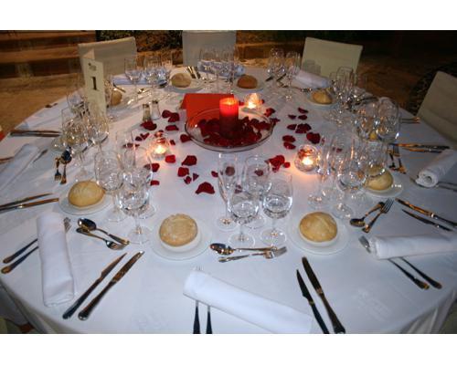 Detalle de la decoración floral de una de las mesas preparada para un banquete