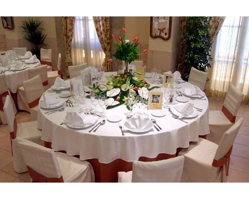 El salón molí preparado para una boda con mesas redondas