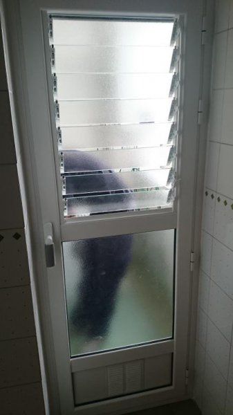 Ventanas Aluminio con hueco para rejilla de ventilación y graven.