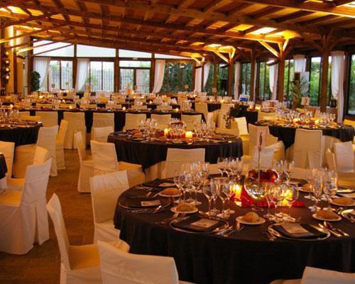 Cena de gala en salón interior