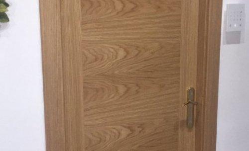 Puerta de roble, con guarnición recta.