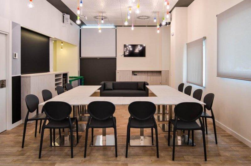 Salón dispuesto para un coloquio o mesa redonda