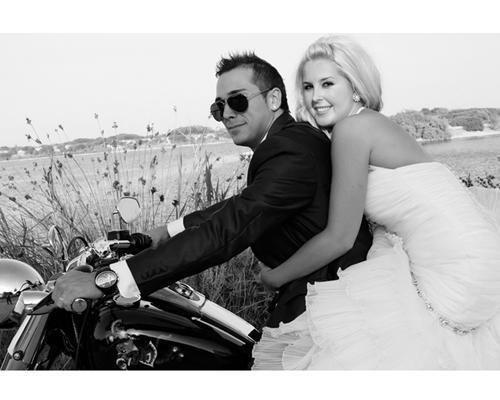 Los novios en una moto