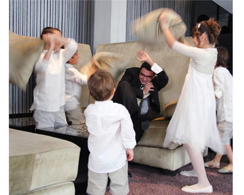 Niños jugando con el novio