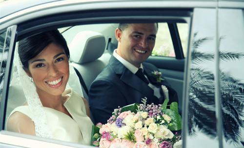 Los recién casados en el coche