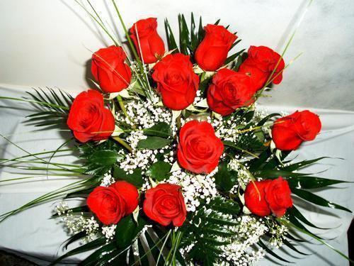 Ramo con doce rosas decoradas