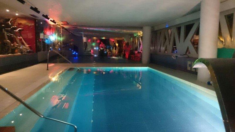 Sala piscina climatizada para fiestas privadas