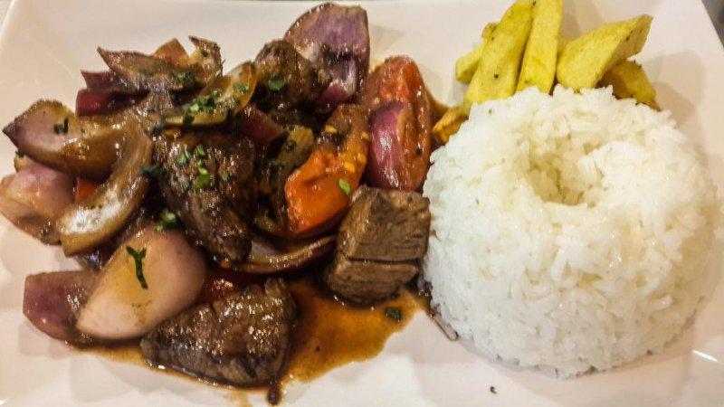 Lomo saltado; solomillo de ternera salteado al wok con verduras, acompañado de papas fritas y arroz blanco