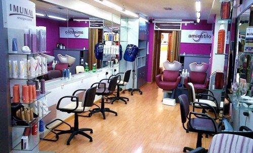 Interior de la peluquería con la puerta de la estética al fondo