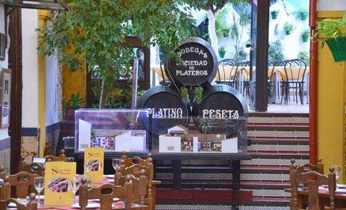 Barriles en el Restaurante Sociedad Plateros María Auxiliadora con patio tipico cordobes
