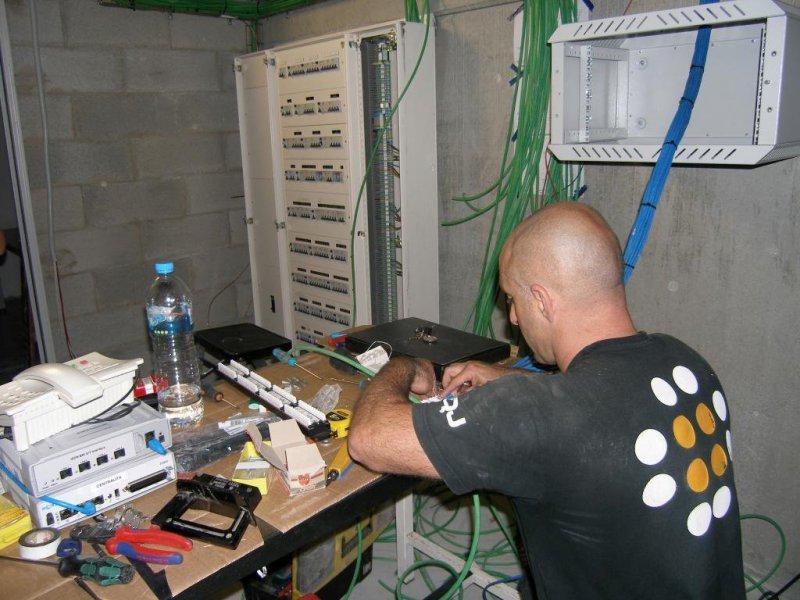 conectando los paneles de un rack