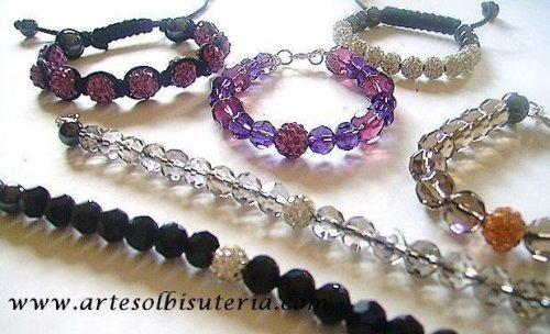 Variedad en pulseras, collares y pendientes...