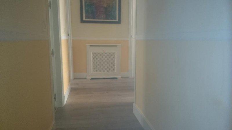 reforma   vivienda  ,  tarima  roble  ,  cenefa de  escayola  pintura y  puertas  blancas  lacadas