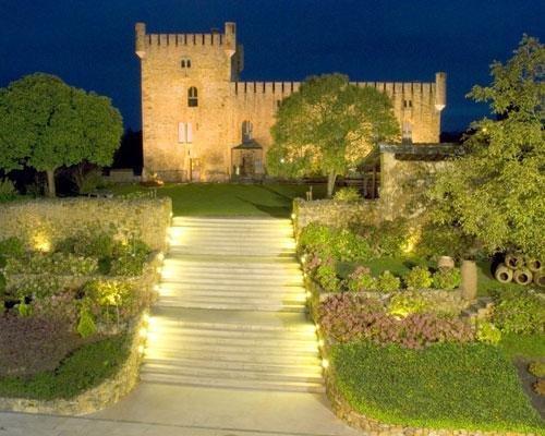 Escalinata y castillo iluminados - vista desde el salón de bodas