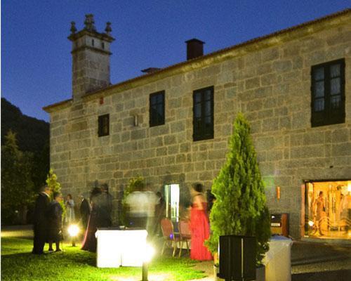 Vista exterior nocturna de abadia caldaria