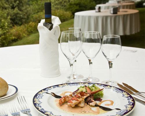 Mesa montada para banquete al aire libre en arnoia caldaria